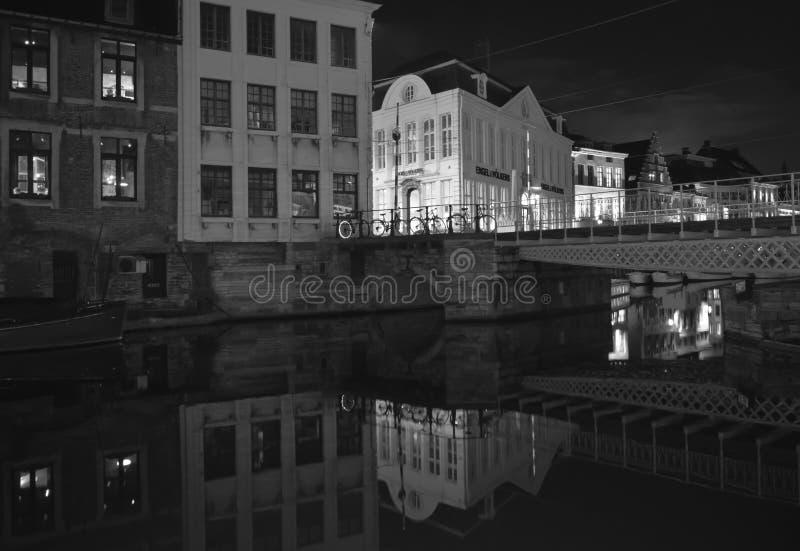 Byggnadsnattsikten reflekterade på vatten i Ghent, Belgien på November 5, 2017 royaltyfri bild