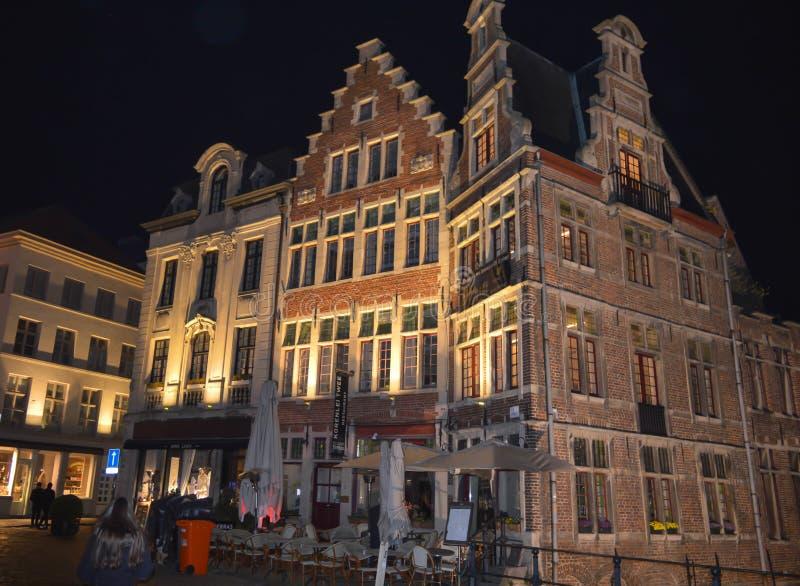 Byggnadsnattsikten reflekterade på vatten i Ghent, Belgien på November 5, 2017 royaltyfria foton