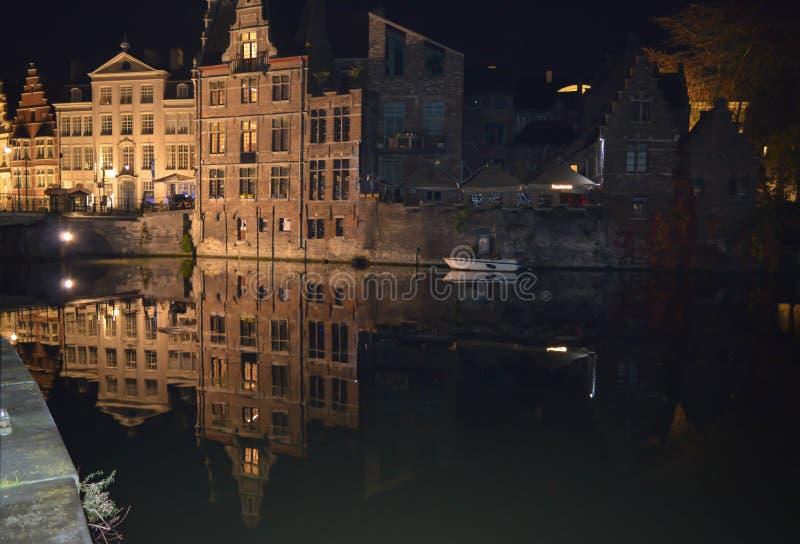 Byggnadsnattsikten reflekterade på vatten i Ghent, Belgien på November 5, 2017 royaltyfri foto