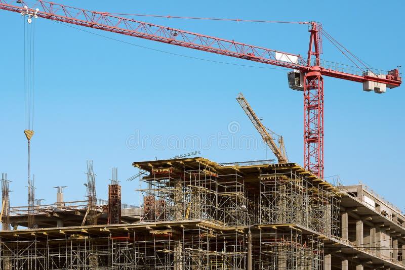 Byggnadsplats med kranen på himmelbakgrund arkivfoto