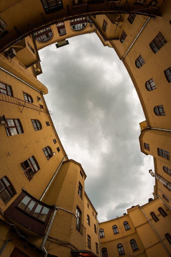 Byggnadsram för molnig himmel royaltyfria foton