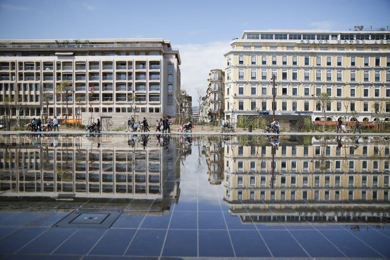 byggnadsreflexion i bevattnade ställesöder av Frankrike royaltyfri bild