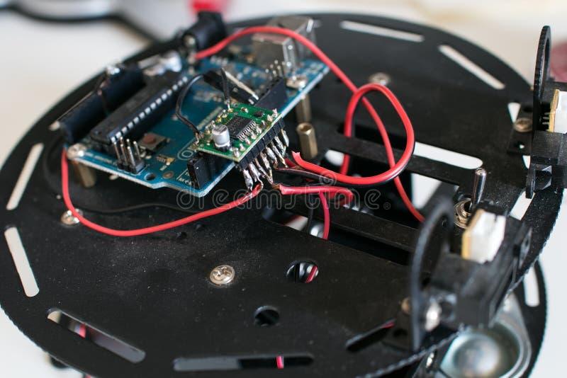 Byggnadsroboten undviker hindret för ungar Robotic plattform med ci arkivfoton