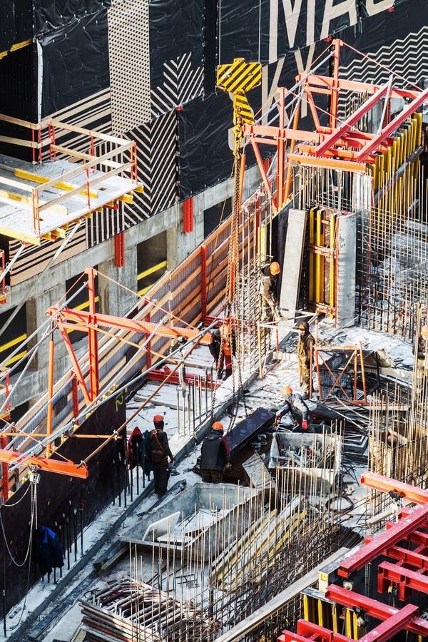 Byggnadsverk på en byggarbetsplats Byggande av en bostadsbyggnad i Moskva fotografering för bildbyråer