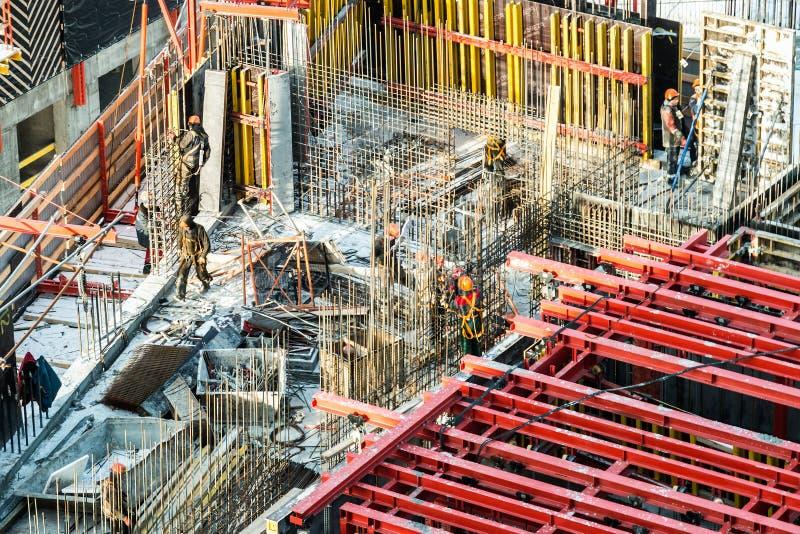 Byggnadsverk på en byggarbetsplats Byggande av bostadshus royaltyfri fotografi