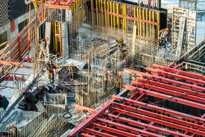 Byggnadsverk på en byggarbetsplats Byggande av bostadshus royaltyfria bilder