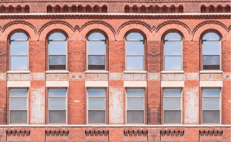 Byggnadsyttersida med fönster arkivfoto