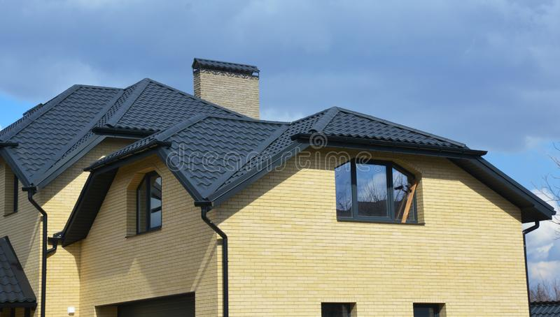 Byggnation av takbeklädnad i Valley och gable new modern house keramic tiled roofing Steghus med problem med taktak och taktak royaltyfri bild