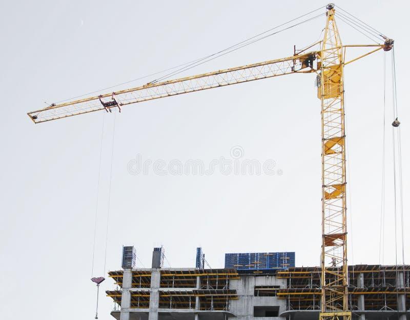 Byggnation och hög löneförhöjningkranbyggnad royaltyfria bilder