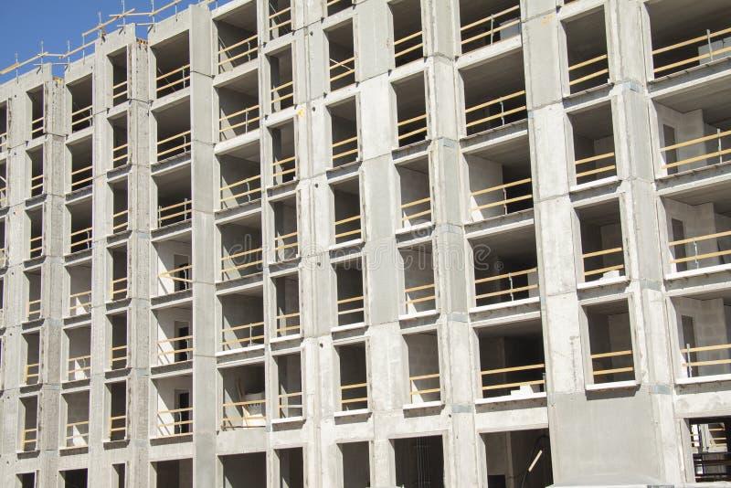 Byggnationplats av env?ning byggnad som visar ramar av nakna betongv?ggar med tomma utrymmen Pro-Contruction workes royaltyfria foton