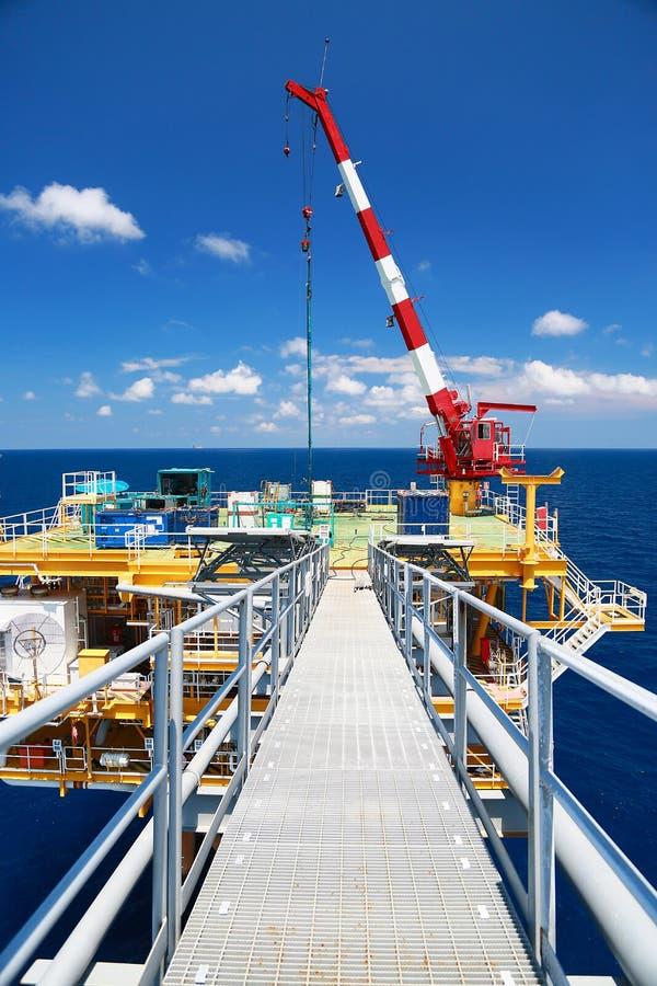 Byggsplattform till havs för produktion av olja och gas Olje- och gasindustrin och hårt arbete royaltyfria bilder