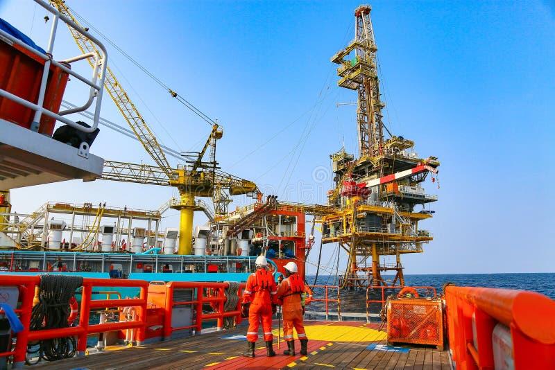 Byggsplattform till havs för produktion av olja och gas Olje- och gasindustrin och hårt arbete royaltyfri bild