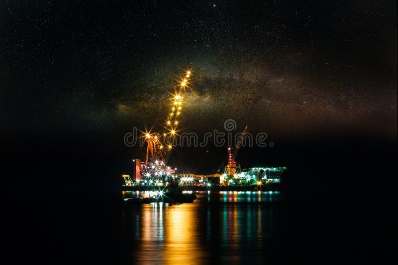 Byggsplattform till havs för produktion av olja och gas Olje- och gasindustrin och hårt arbete royaltyfri fotografi