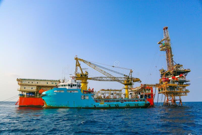 Byggsplattform till havs för produktion av olja och gas Olje- och gasindustrin och hårt arbete fotografering för bildbyråer