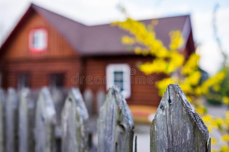 Byhus med trästaketet på lantlig bygd för ryss royaltyfri foto
