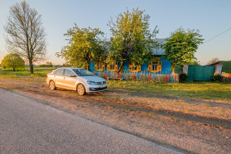 Byhus nära som står den Volkswagen Polo Vento sedan royaltyfria bilder