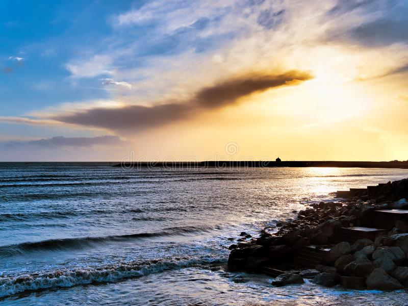 Byigt vinterväder på Lyme Regis fotografering för bildbyråer