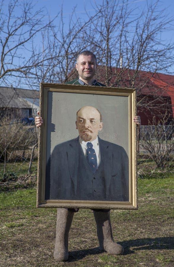 Byinvånare med en stående av Vladimir Lenin i hans händer arkivbilder