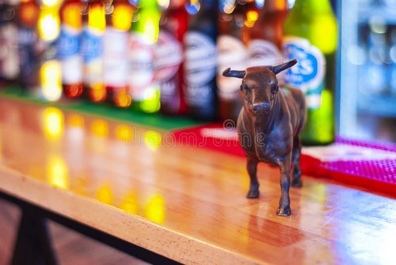 Byk miniaturowe i piwne butelki na zakazują kontuar zdjęcie stock