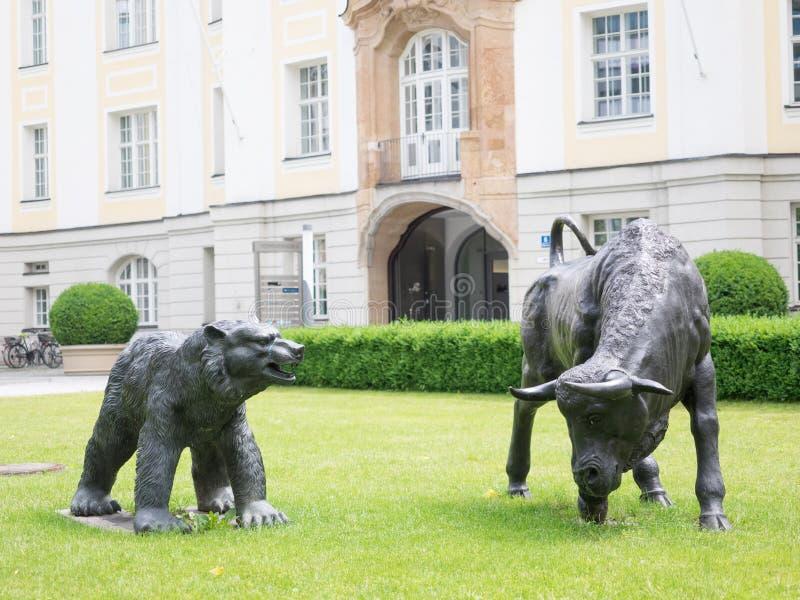 Byk Munich i niedźwiedź zdjęcia royalty free
