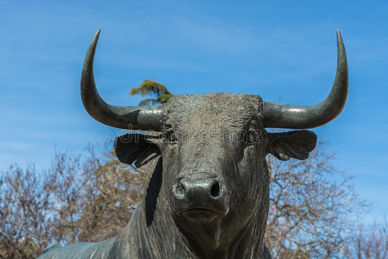 Byk statua Przed Bullfighting areną W Ronda, Hiszpania fotografia stock