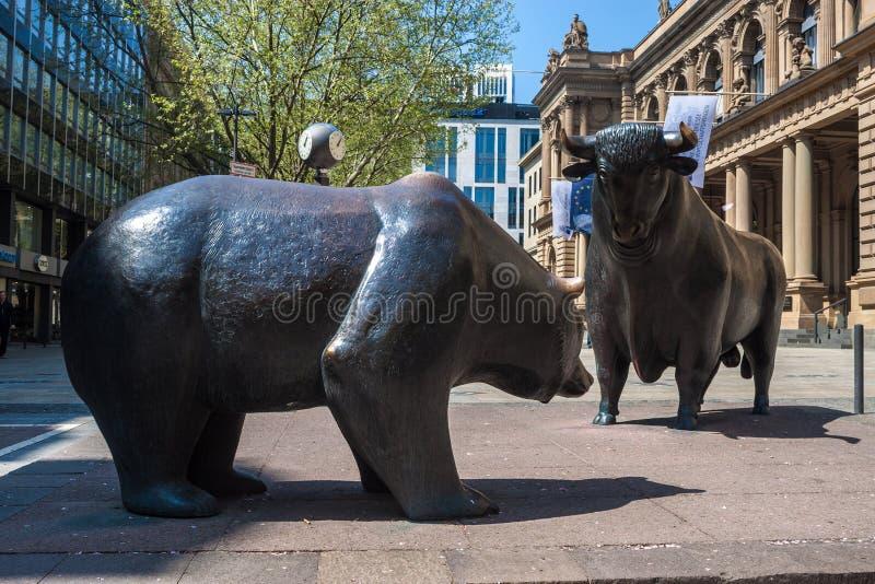 Byka i niedźwiedzia statuy obraz royalty free