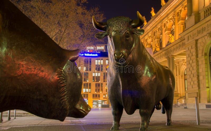 Byka i niedźwiedzia statuy przy Frankfurt giełdą papierów wartościowych obrazy royalty free