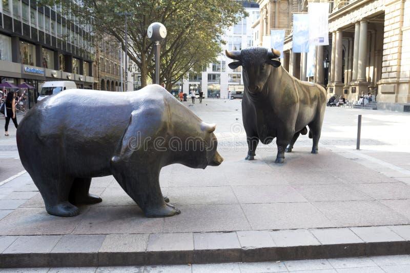Byka & niedźwiedzia statuy obrazy royalty free