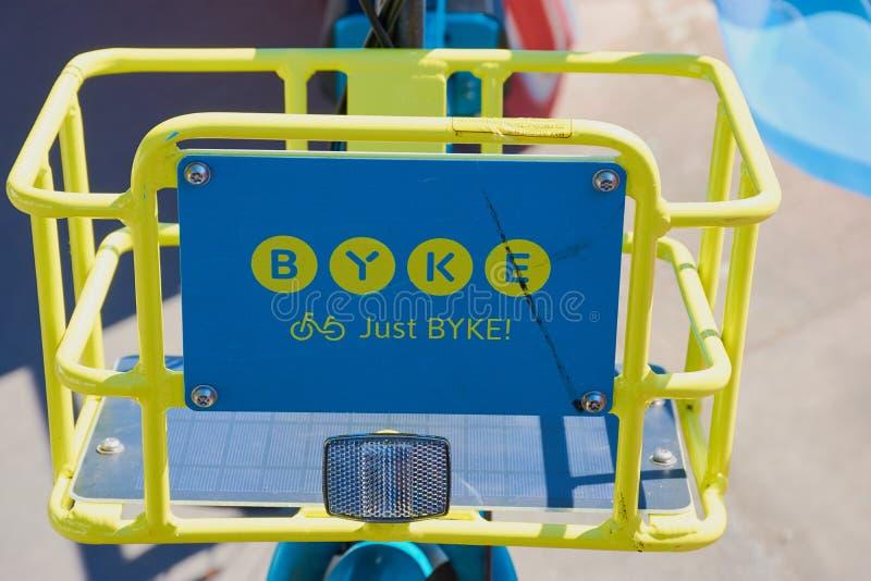 BYKE-Zeichen auf einem blauen und gelben Fahrrad des Fahrrades Firma BYKE in Frankfurt teilend lizenzfreie stockbilder
