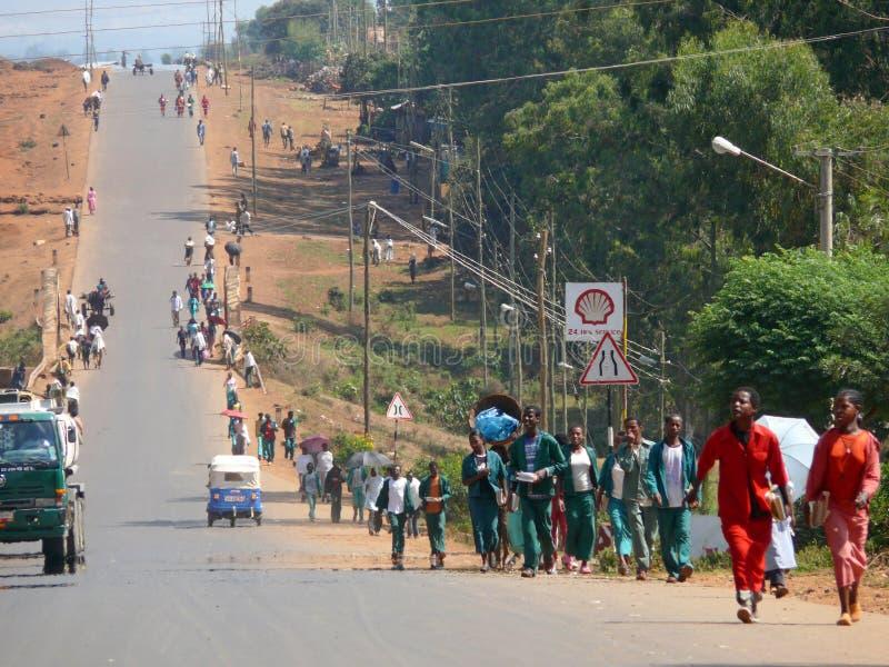 Bymitt. Stads- vägslut upp i Dembecha, Etiopien - November 24, 2008. royaltyfria foton