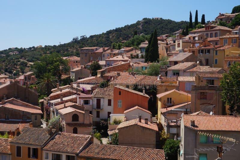 Byn av Bormes-les-mimosor på Cotet d'Azur arkivbilder