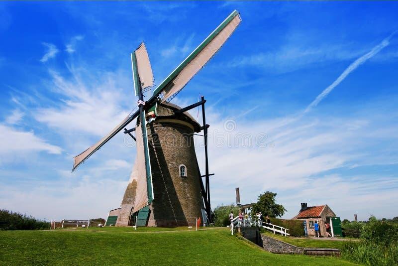 Byn av Kinderdijk i Nederländerna i landskapet av södra Holland forntida windmills arkivfoton