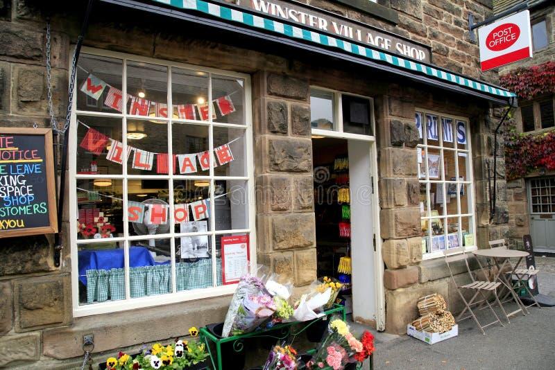 Byn shoppar och postar - kontoret royaltyfri foto