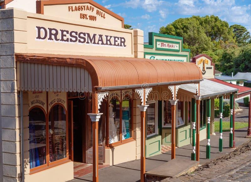 Byn shoppar på det maritima museet Australien för flaggstångkullen royaltyfria bilder