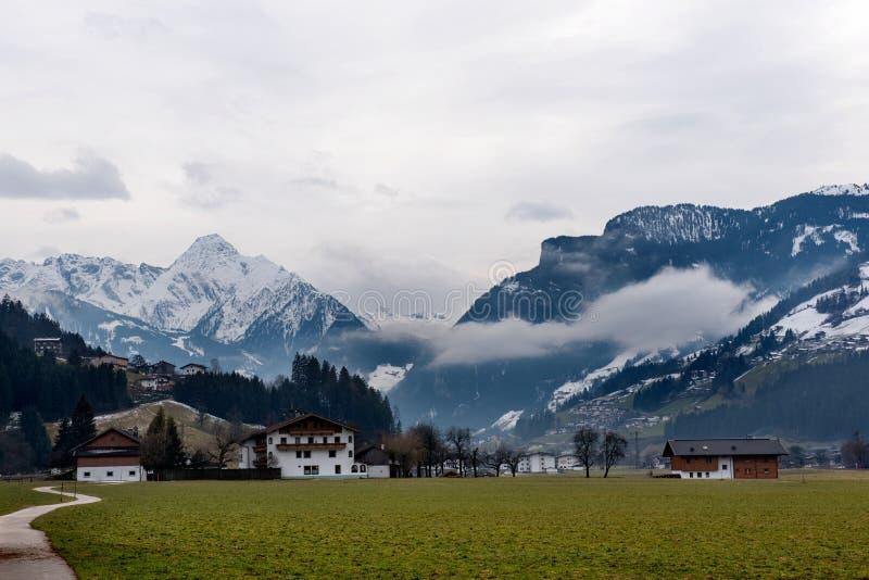 Byn Zell f.m. Ziller, i Zillertalen, Österrike royaltyfria foton