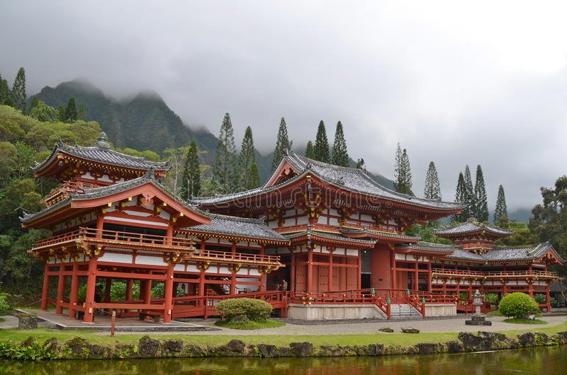 Byodo-στο ναό με τα βουνά Koolau, Χαβάη, ΗΠΑ στοκ φωτογραφία