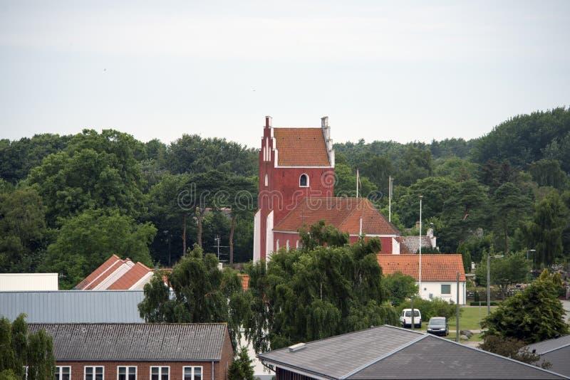 Byrum linia horyzontu z czerwonym kościół zdjęcia royalty free