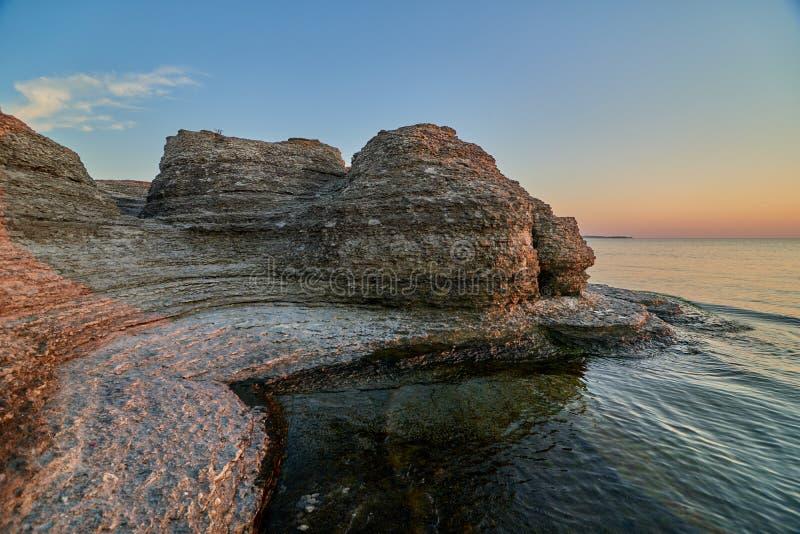 Byrums Raukar - spectaculaire rotstorens bij de kust van het eiland Oeland, Zweden royalty-vrije stock fotografie