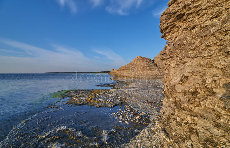 Byrums Raukar - spectaculaire rotstorens bij de kust van het eiland Oeland, Zweden royalty-vrije stock afbeelding