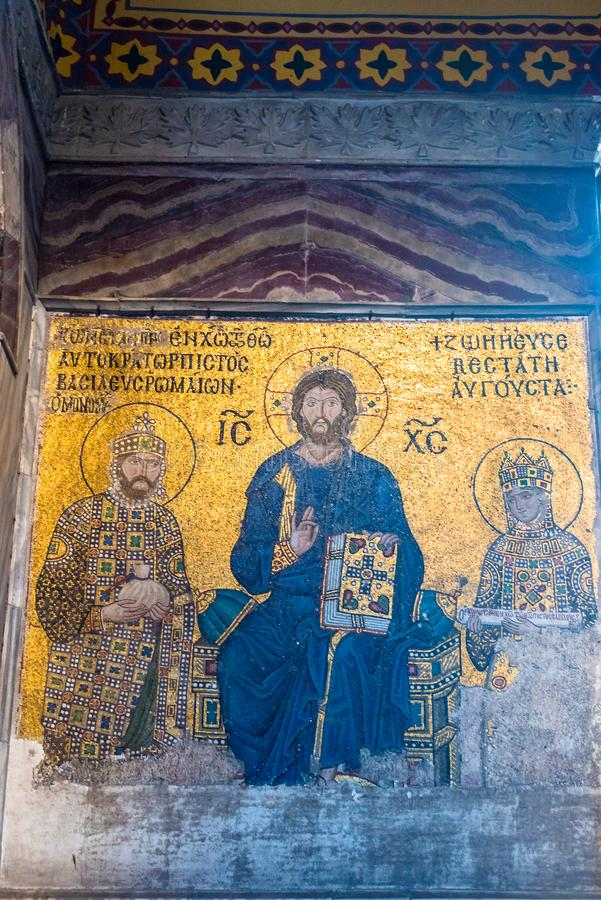 Bysantinsk mosaik av Jesus Christ på biskopsstolen med kejsarinnan Zoe och kejsaren Constantine IX Monomachus i Hagia Sophia Ista royaltyfria foton