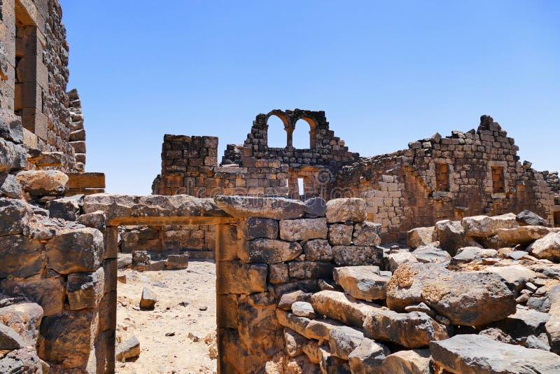 Bysantinska för scenisk sikt fördärvar den forntida och tidiga islamiska staden av Umm el-Jimal i nordlig Jordanien arkivbild