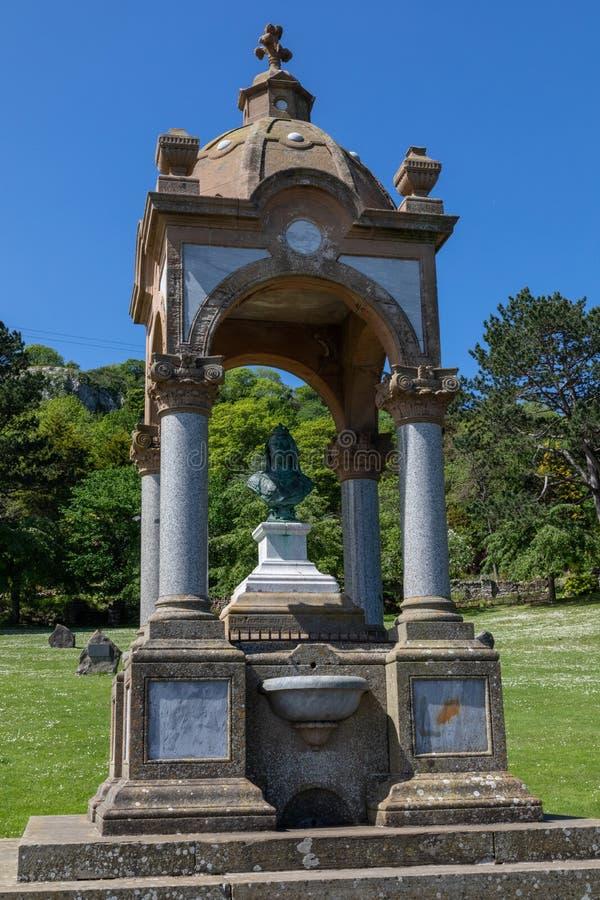 Byst av drottningen Victoria och springbrunnen på den stora Ormen Llandudno norr Wales Maj 2019 royaltyfri foto