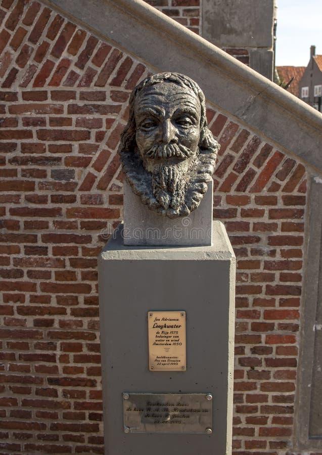 Byst av Jan Adriaanszoon Leeghwater på stadshuset, De Rijp, Nederländerna royaltyfria bilder