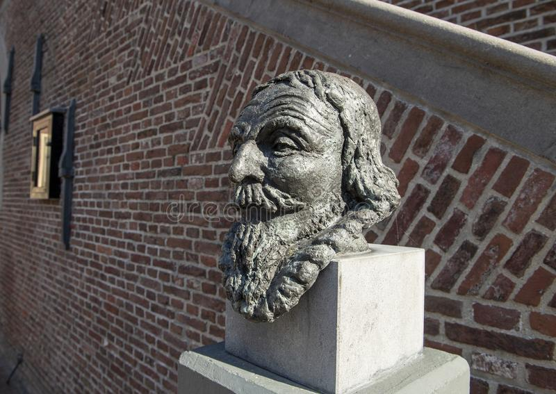 Byst av Jan Adriaanszoon Leeghwater på stadshuset, De Rijp, Nederländerna royaltyfria foton