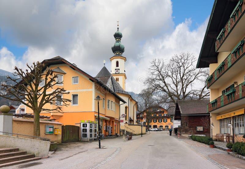 BySt Gilgen vid Wolfgangseen med kyrkan av helgonet Giles Saint Aegidius _ arkivfoton
