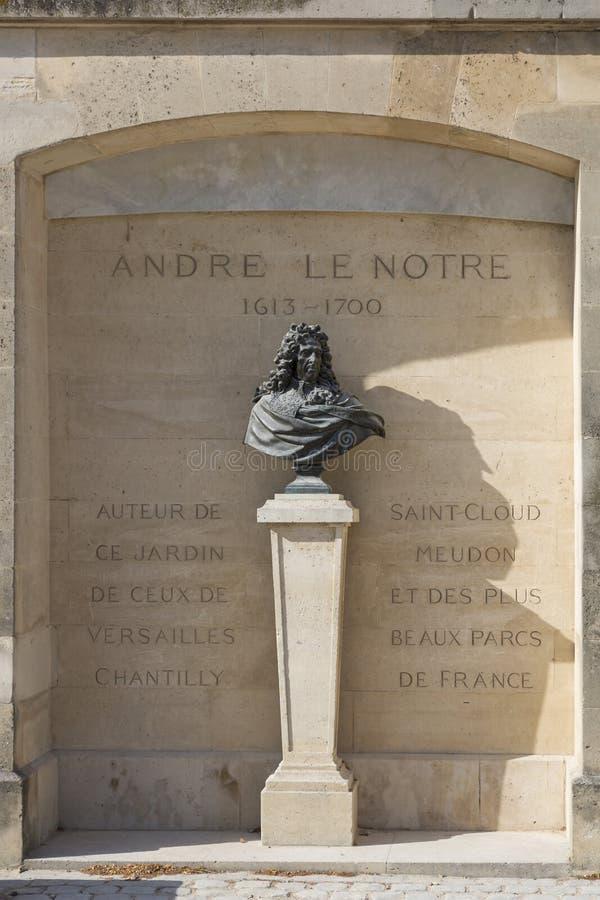 Byst till landskapsarkitekten André Le Notre på den Tuileries trädgården i Paris arkivbild