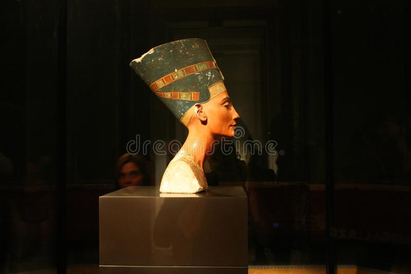 Bysten av drottningen Nefertiti i det Neues museet i Berlin, Tyskland royaltyfri foto