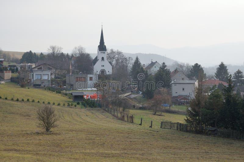 Bystrany-Dorf mit evangelischer Kirche in der tschechischen Landschaft während der Schneefälle am 15. Dezember 2018 stockfoto