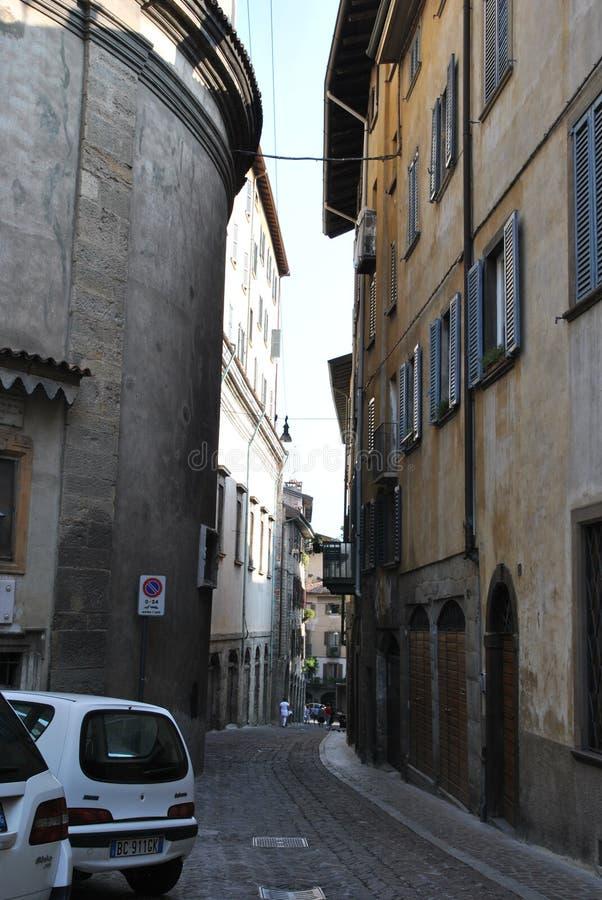 Bystreet da cidade velha em Bergamo imagem de stock