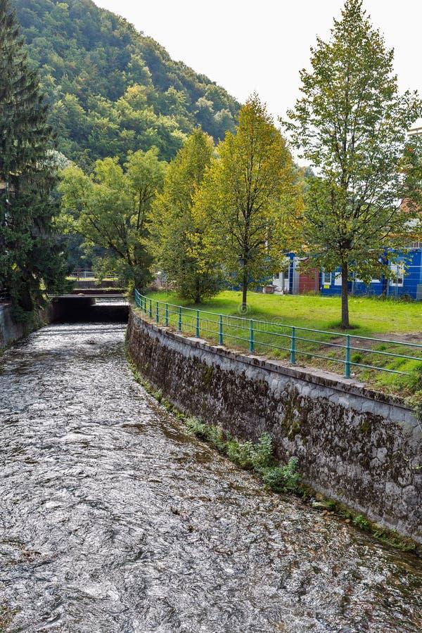 Bystrica flod i Banska Bystrica, Slovakien royaltyfri bild